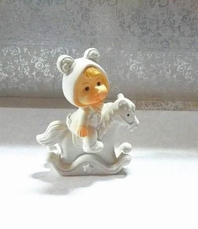 confettata bambino su cavallo azzurro