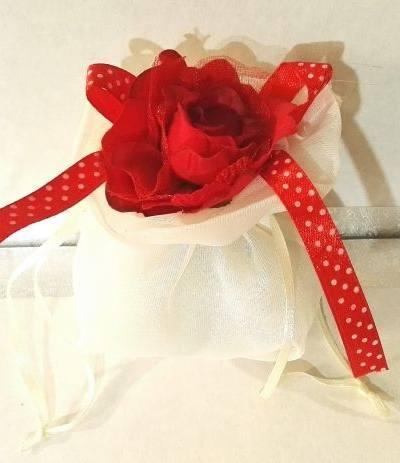 sacchettino bianco con rosa rossa