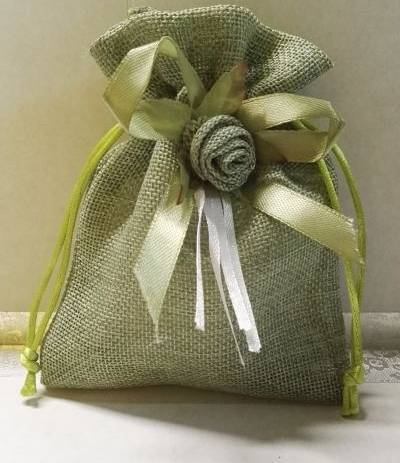 sacchetto verde con fiore e fiocco