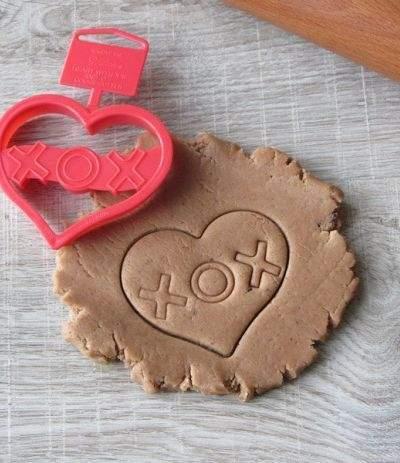 Tagliapasta plastica cuore con scritta XOX - Wilton