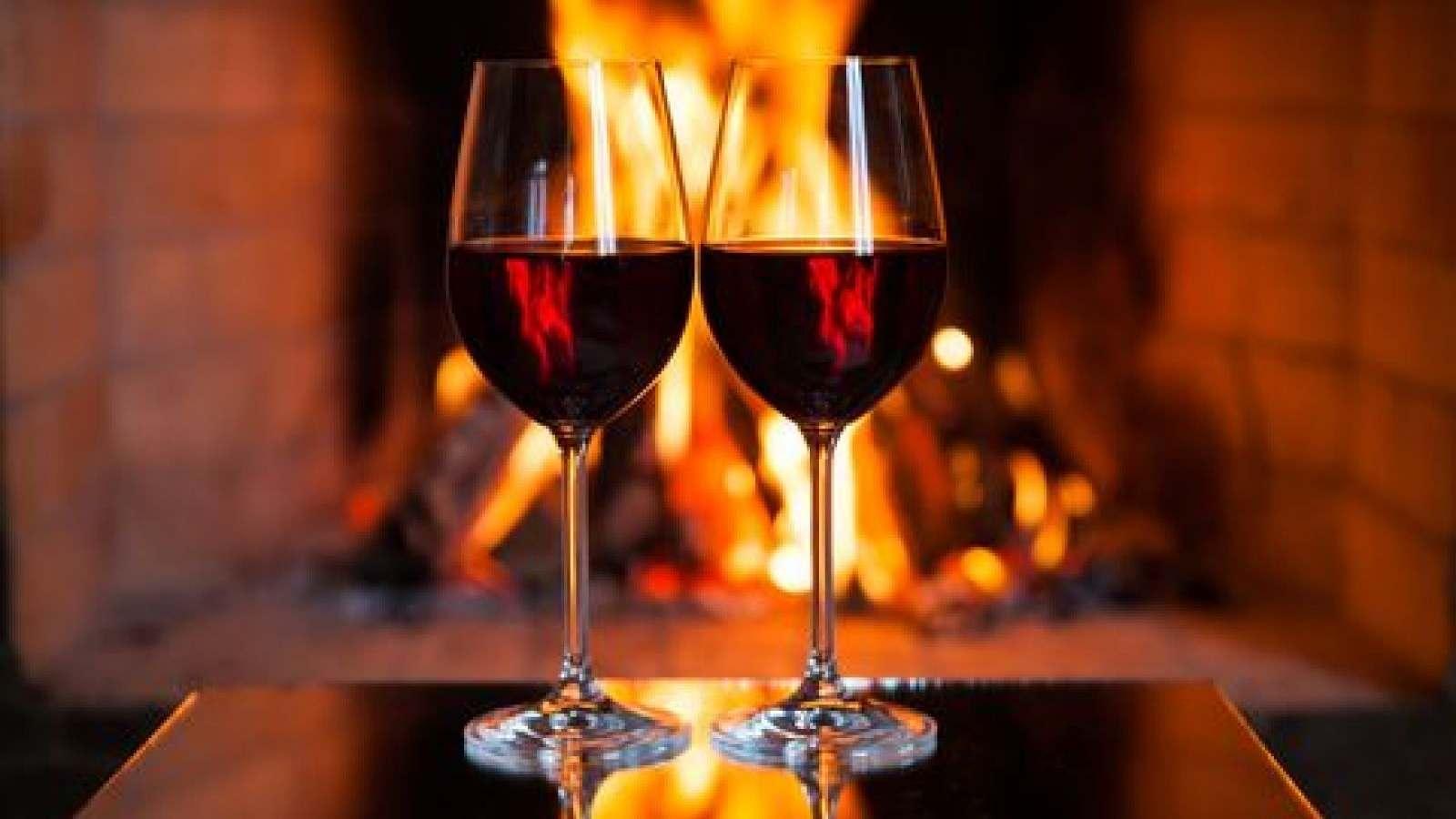 شیشه یِ ترشی و دو لیوان شراب